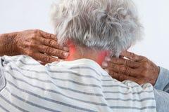 Rouge de highlightedin de douleur cervicale sur un vieil homme Photographie stock libre de droits