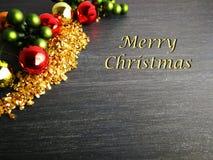 Or rouge de Joyeux Noël un vert avec le fond noir images stock