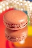Rouge de Macaron avec sa propre réflexion colorée Photographie stock libre de droits
