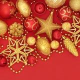 Rouge de Noël et babioles de scintillement d'or Image stock