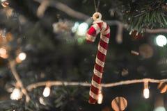 Rouge de Noël et bonbon à sucrerie de ruban photographie stock