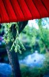 rouge de parasol du Japon de canal Photographie stock libre de droits