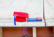 Rouge de robe d'obtention du diplôme Photo libre de droits