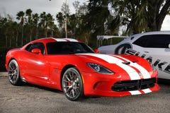 Rouge de vipère de Showcar Dodge avec les rayures blanches Photographie stock libre de droits