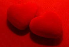 rouge deux de coeurs de fond pour le jour du ` s de Valentine Images libres de droits