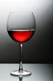 rouge en verre proche vers le haut de vin Photographie stock
