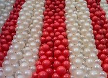 Rouge et blanc monte en ballon le fond Images stock