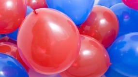 Rouge et bleu monte en ballon le fond Photographie stock
