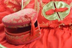 Rouge et boîte d'or sous forme de coeur et qipao traditionnels Photos libres de droits