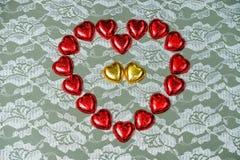 rouge et bonbons au chocolat en forme de coeur à or Image stock