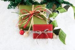 Rouge et cadeaux enveloppés par vert Photos stock