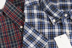 Rouge et chemise contrôlée bleue de configuration Photo stock