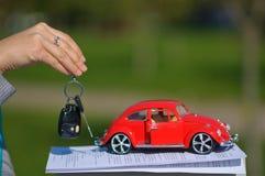 Rouge et documents de voiture de jouet Photographie stock libre de droits