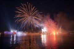 Rouge et feux d'artifice d'or au-dessus du port grand, St Angelo, Bi de fort image stock
