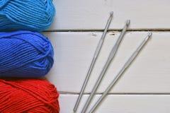 Rouge et fil bleu de crochet Images libres de droits
