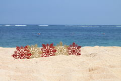 Rouge et flocons de neige d'or sur le sable Photo stock
