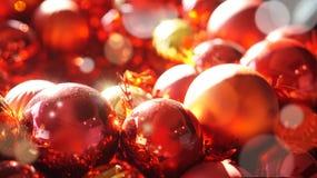 Rouge et fond d'ornements de Noël d'or Image libre de droits