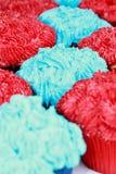 Rouge et gâteaux givrés bleus Images stock