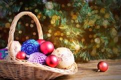 Rouge et jouets de Noël d'or dans le panier Photographie stock libre de droits