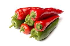 Rouge et poivrons verts d'isolement sur le fond blanc Image stock