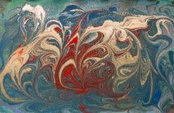 Rouge et texture de liquide d'or Fond de marbrure tiré par la main Modèle abstrait de marbre d'encre Image libre de droits