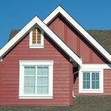 Rouge extérieur à la maison de détail de toit Photographie stock
