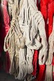 Rouge fait main et le blanc ont coloré des licous pour des cavaliers à vendre au fa Image libre de droits
