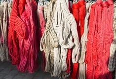 Rouge fait main et le blanc ont coloré des licous pour des cavaliers à vendre au fa Photographie stock libre de droits