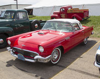 1957 rouge Ford Thunderbird Image stock