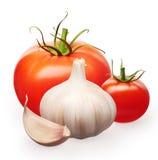 Rouge frais et tomates-cerises avec les feuilles et l'ail Photos libres de droits