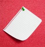 rouge goupillé par broche de note de panneau photographie stock libre de droits