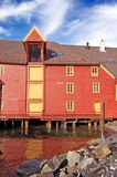 rouge historique de la Norvège de maison de Bergen photo libre de droits