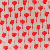 Rouge isométrique jouant des dards dans une grille serrée sur une surface en béton simple Photo libre de droits