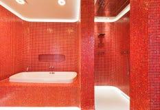 rouge moderne de salle de bains Images libres de droits