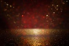 Rouge, noir et fond de lumières de vintage de scintillement d'or defocused photos stock