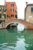 Rouge passerelle autre le canal de Venise Images libres de droits