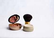 Rouge, Pulver und Make-upbürste Stockfoto