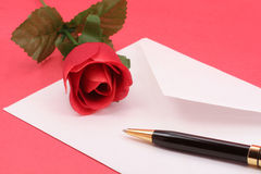 Rouge rose et enveloppe Photographie stock