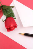 Rouge rose et enveloppe Photos stock