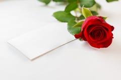 Rouge rose et enveloppe Images stock