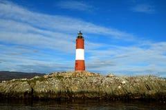 Rouge vibrant et le blanc ont coloré le phare contre le ciel bleu lumineux, canal de briquet, Ushuaia, Tierra del Fuego, Argentin photo stock