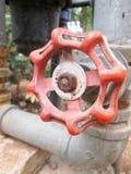 Rouge vieux deux principal de valve de l'eau photos stock