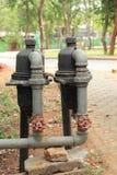 Rouge vieux deux principal de valve de l'eau photographie stock libre de droits