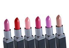 Rouges à lèvres colorés au-dessus du fond blanc Images libres de droits