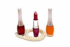 Rouges à lèvres et laque de clou avec la perle Image libre de droits