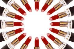 Rouges à lèvres rouges faisant un cercle sur le fond blanc Image libre de droits