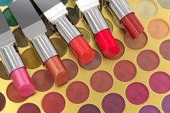 Rouges à lèvres sur la palette de fard à paupières Photo libre de droits