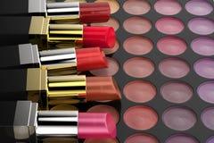 Rouges à lèvres sur la palette de fard à paupières Photographie stock libre de droits
