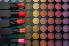 Rouges à lèvres sur la palette de fard à paupières Photographie stock
