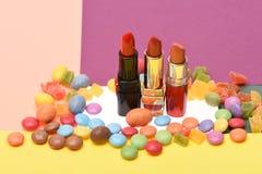 Rouges à lèvres sur le fond pourpre et rose, l'espace de copie Photo libre de droits
